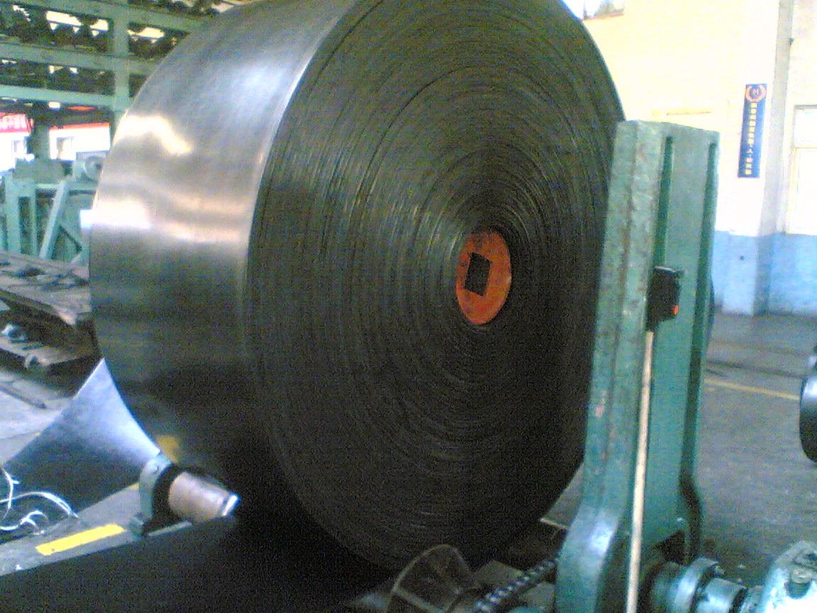 特点:拉伸强度大,抗冲击好,寿命长,使用伸长小,成槽性好,耐曲挠性好适于长距离,大运程,高速度输送物料。该产品是由芯胶,钢丝绳,覆盖层和边胶构成。 用途:广泛用于煤炭,矿山,港口冶金,电力,化工等领域输送物料。 品种:按覆盖胶性能可分为:普通型钢丝绳芯输送带,阻燃型钢丝绳芯输送带 ,耐热型钢丝绳芯输送带,耐磨型钢丝绳芯输送带,耐寒型钢丝绳芯输送带,耐酸碱型钢丝绳芯输送带,耐油型钢丝绳芯输送带,阻燃型钢丝绳芯输送带等品种。 钢丝绳芯输送带执行标准及主要指标: