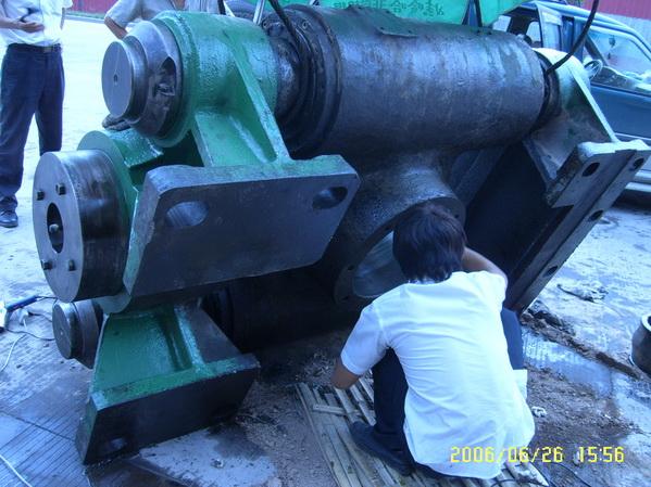 回转窑液压挡轮轴承孔维修,轴承孔磨损快速修复图片